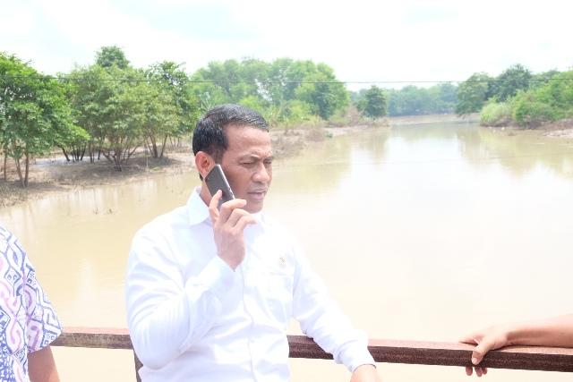 mengunjungi daerah yang terkena banjir di dusun Karang Pilang desa Kedung Rejo kecamatan Modo kabupaten Lamongan, Sabtu